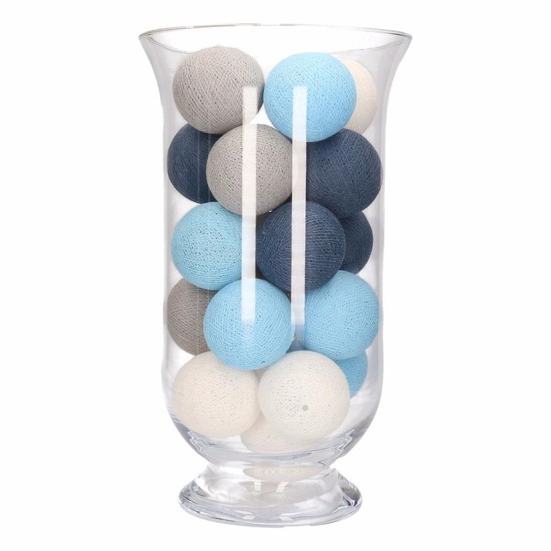 Sfeerverlichting blauwe, grijze en witte balletjes in vaas