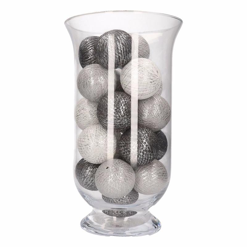 Sfeerverlichting grijze en witte balletjes in vaas